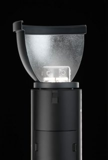The Siros 800 L's exposed flash tube makes it ideal for using with modifiers like the Broncolor Para.